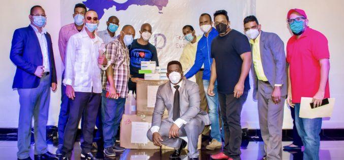 Artistas cristianos Isabelle Valdez y Baruc Berroa donando mascarillas en iglesias