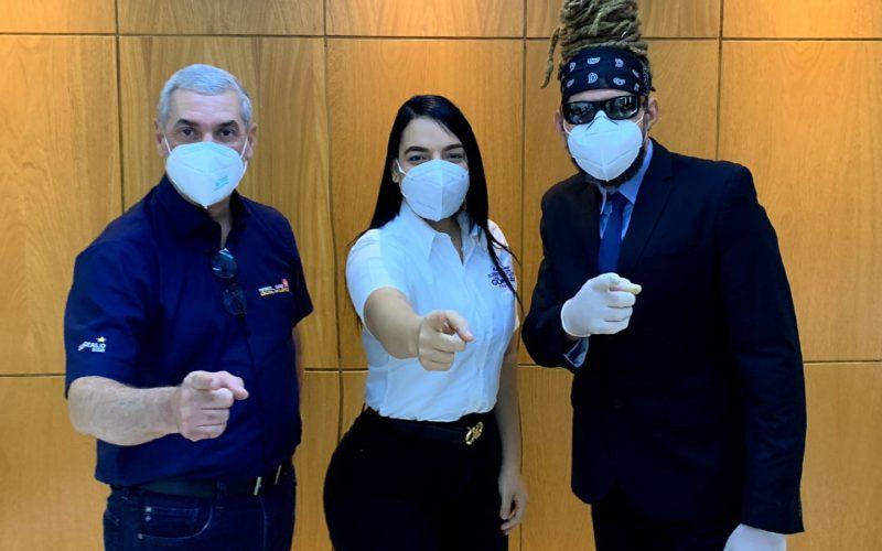 Gonzalo Castillo recibe a la activista Jennifer Marchena, del Movimiento Presidente de Camisas Mangas Cortas, y a «Tu Cuquito», Toño Rosario