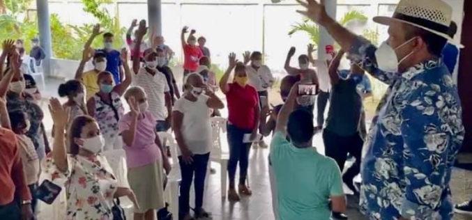 El Torito juramentando a ex peledeístas que apoyan su candidatura a senador: «¡Necesitamos un cambio!No más dictadura en Monseñor Nouel ni en el país»