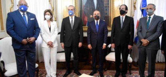 Presidente Danilo Medina recibe en su despacho al presidente y vicepresidenta electos Luis Abinader y Raquel Peña