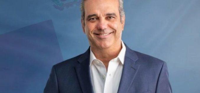 Luis Abinader llama a sus funcionarios a abstenerse de colocar fotos del Presidente en sus despachos